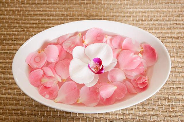 Las virtudes del agua de rosa para la piel y el rostro