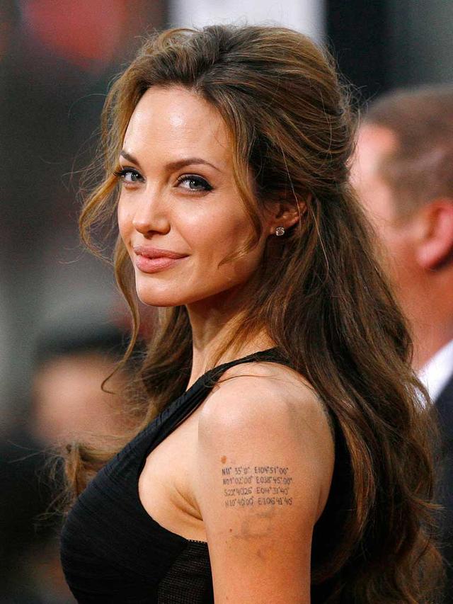 Angelina Jolie, luce un nuevo tatuaje