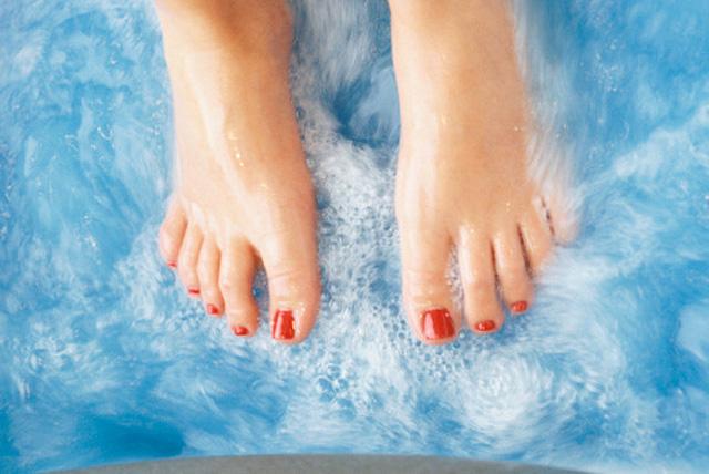 pies metidos en agua