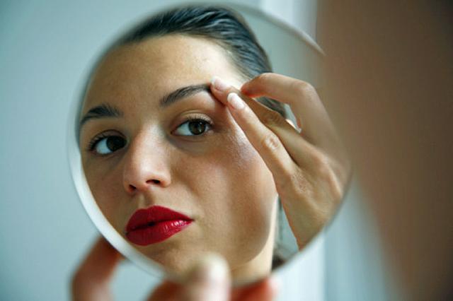 mujer en el espejo