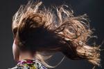 mujer con el pelo al viento