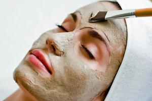 mujer con máscara de arcilla