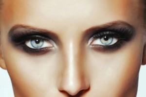 mujer con ojos maquillados