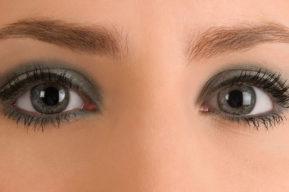 Trucos para maquillarse el contorno de ojos