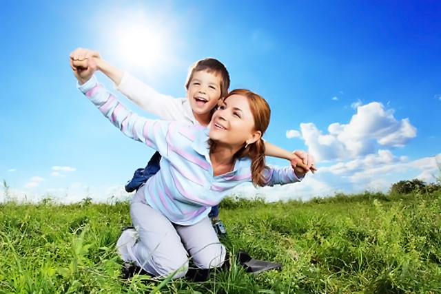 madre jugando con niño