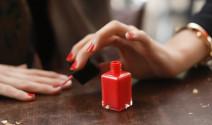 mujer pintandose las uñas