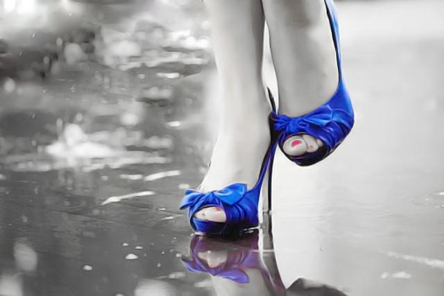 mujer con zapatos azules