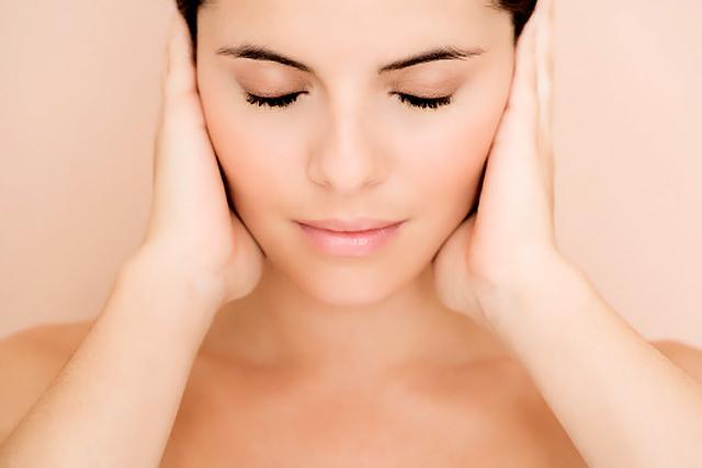 mujer con manos en las orejas
