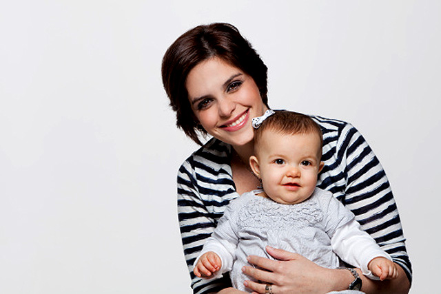 bebé en brazos de su madre