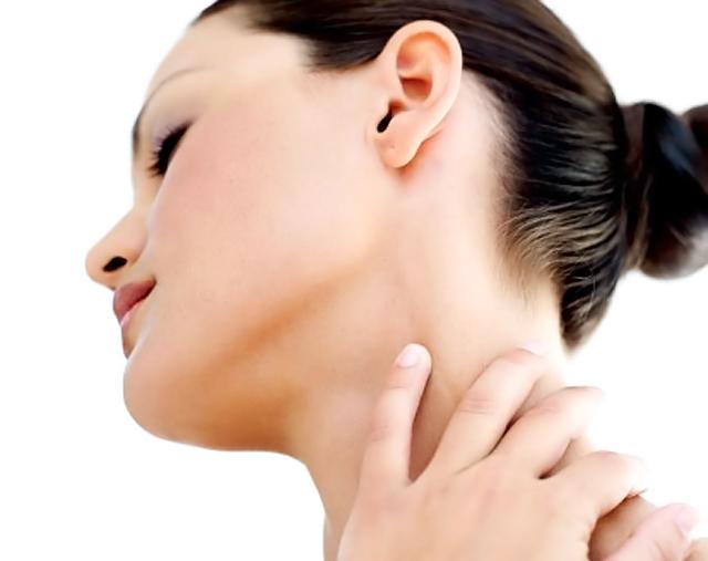 mujer tocándose el cuello