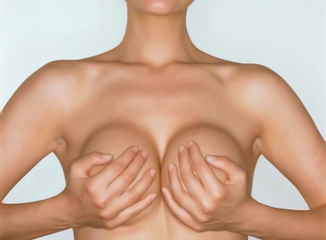mujer cubriendo sus pechos con las manos