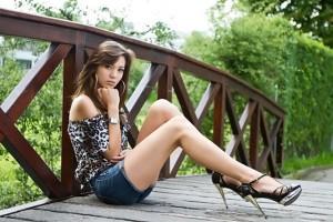 mujer posando sobre un puente