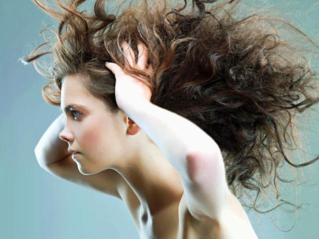mujer con el pelo revuelto