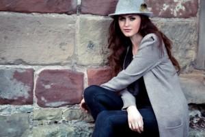 Modelo posando con sombrero
