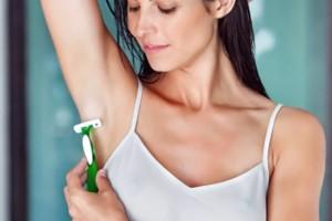 mujer depilándose las axilas