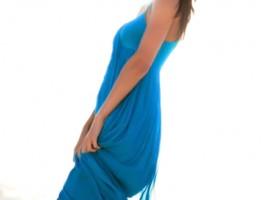Mujer con vestido azul cobalto