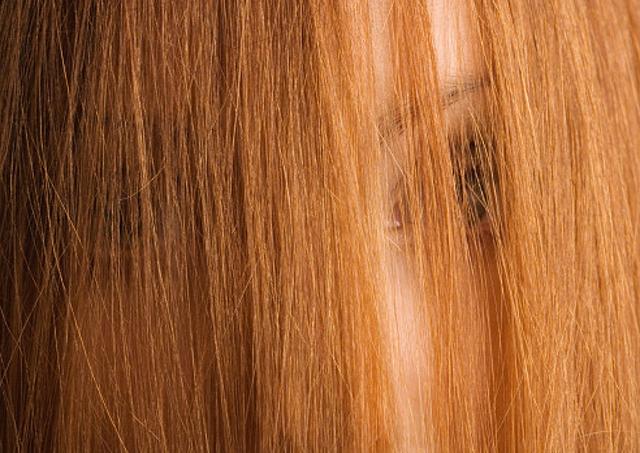 Mujer con pelo largo cubriendo su cara
