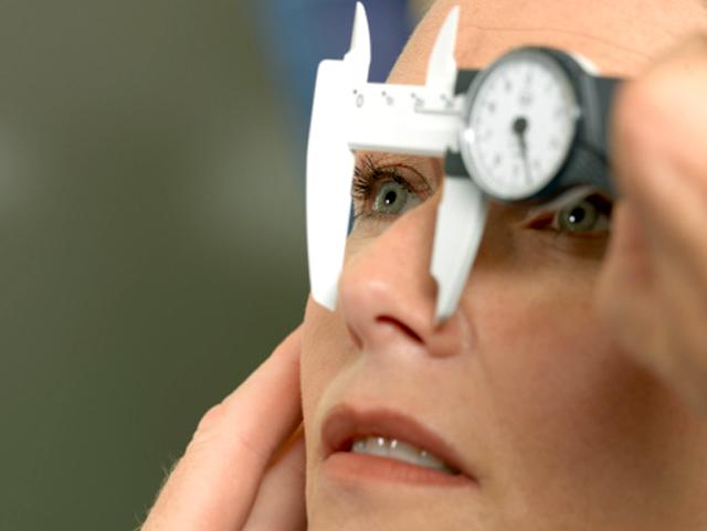 Mujer preparándose a una rinoplastia