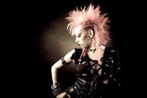 Mujer luciendo ropa punk