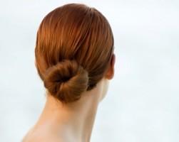 Mujer de espaldas luciendo moño