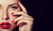 Unos labios sensuales con el bálsamo y el lipgloss de Oilily