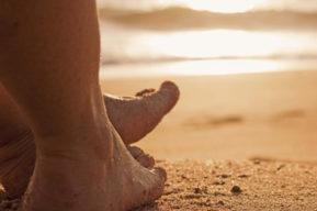 Caminar por la arena para mantenerse en forma