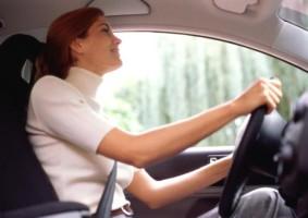 mujeres y hombres al volante