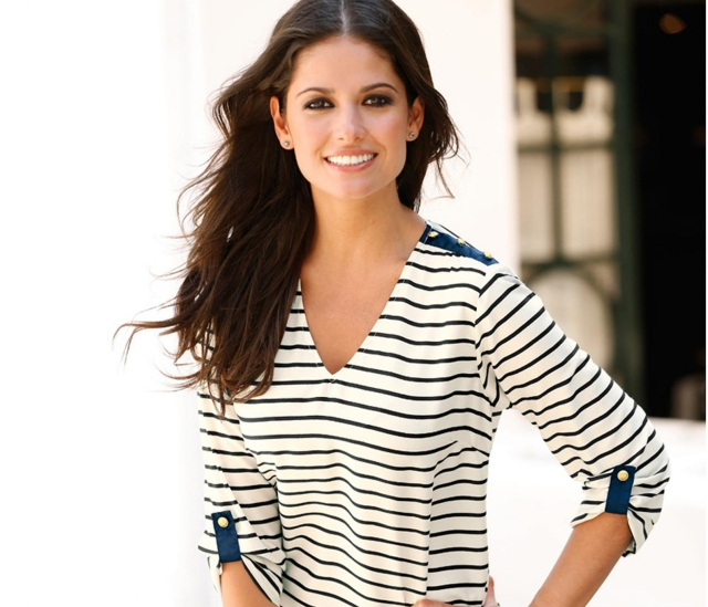 Mujer con blusa de rayas