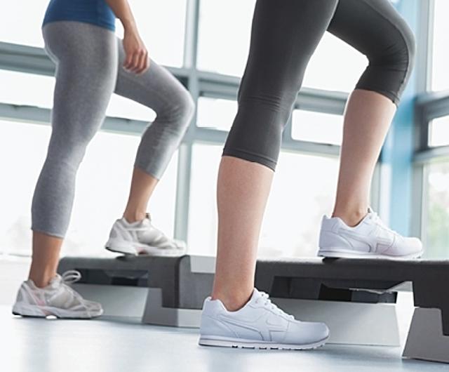 Mujeres haciendo step