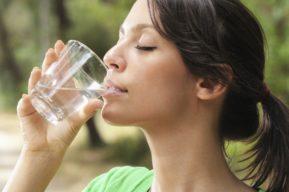 Los beneficios del agua en ayunas