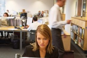 La mujer en la oficina, problemas y conflictos