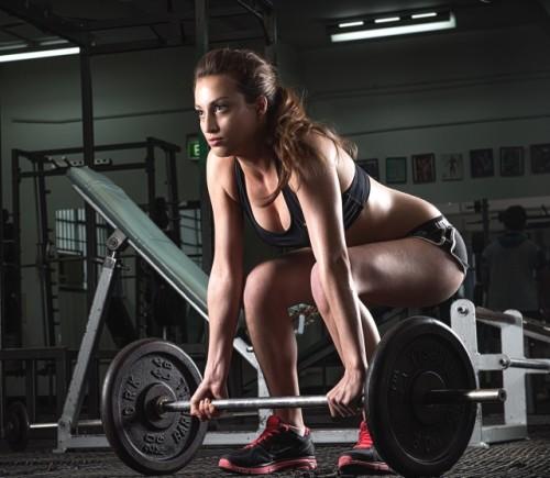 Mujer levantando pesas
