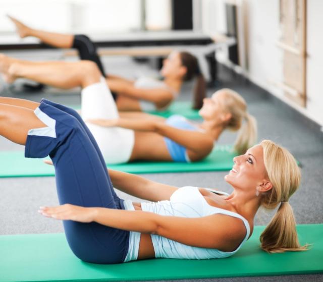 Mujeres haciendo Pilates