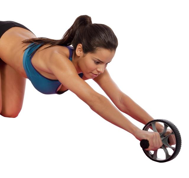 Mujer con rueda para abdominales