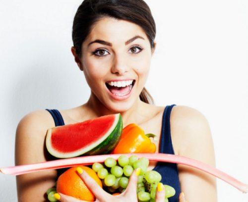 Mujer con frutas en la mano