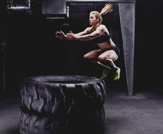 Mujer practicando Paleo Fitness