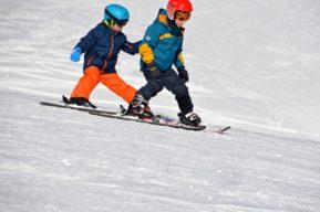 ¿Cómo pasar un fin de semana esquiando en familia?