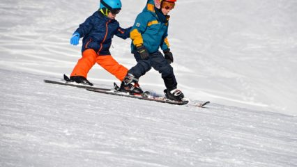 Niños esquiando