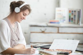 5 beneficios de escuchar música en la oficina