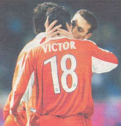 Víctor beso futbolista